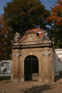 Grufthaus (Nr. 8) der Familien Köhler von Mohrenfeld und Thomann mit neuem Dach